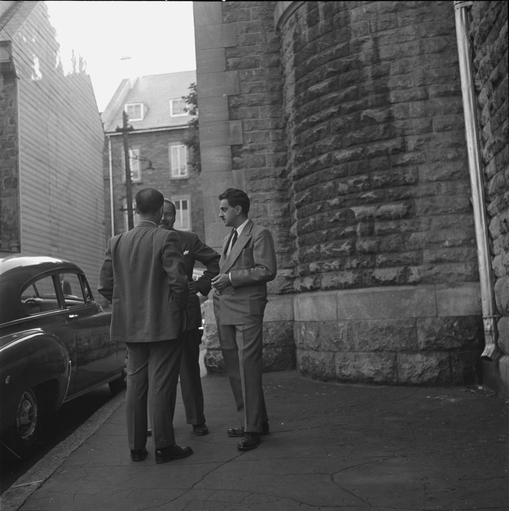 Paul Gouin, André Giroux et René Arthur (de dos), sur la rue Donnacona près du couvent des Ursulines, dans le Vieux-Québec