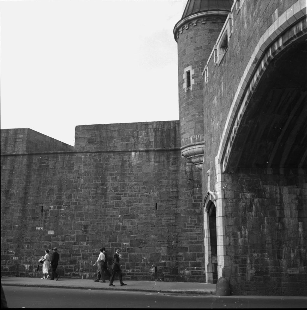 Vue partielle sur la porte Saint-Jean et les fortifications, Québec