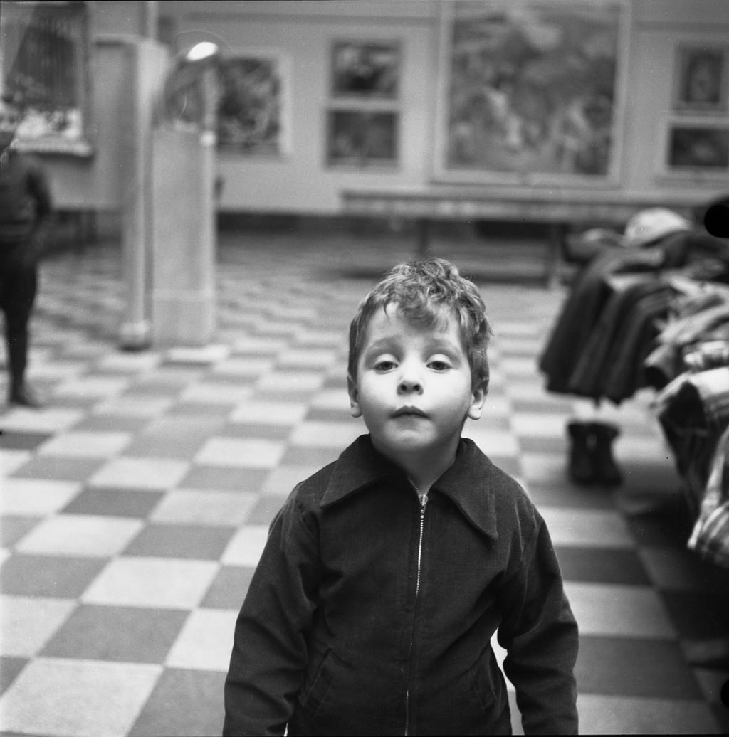 Un jeune élève de L'École Moderne, dans une salle du Musée de la province, Québec