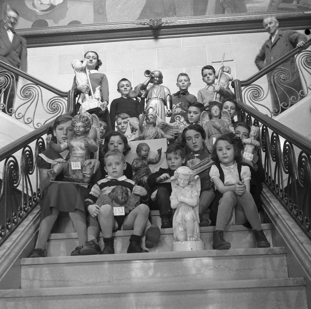 Groupe d'élèves de l'École Moderne photographié avec des sculptures de la collection Paul Gouin, assis dans un escalier du Musée de la province, Québec