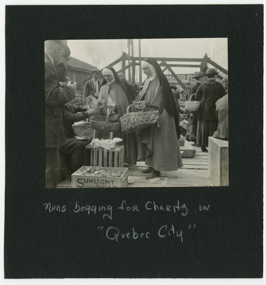 Religieuses augustines demandant la charité au marché Finlay, Québec