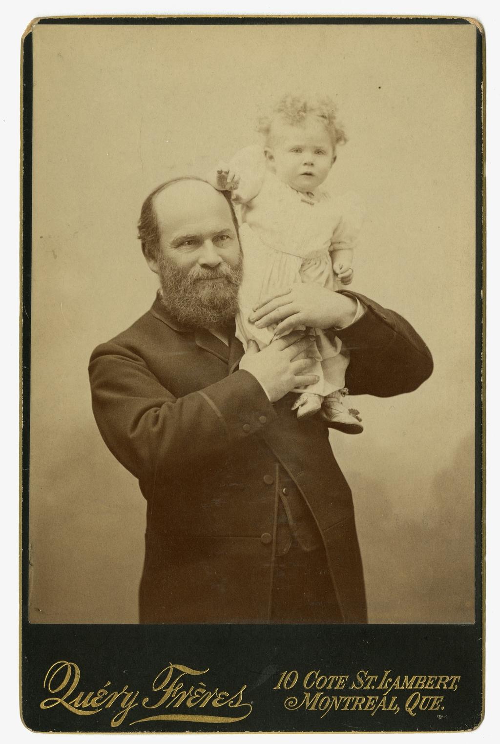 Portrait d'un homme avec sa fille Laetitia, un an