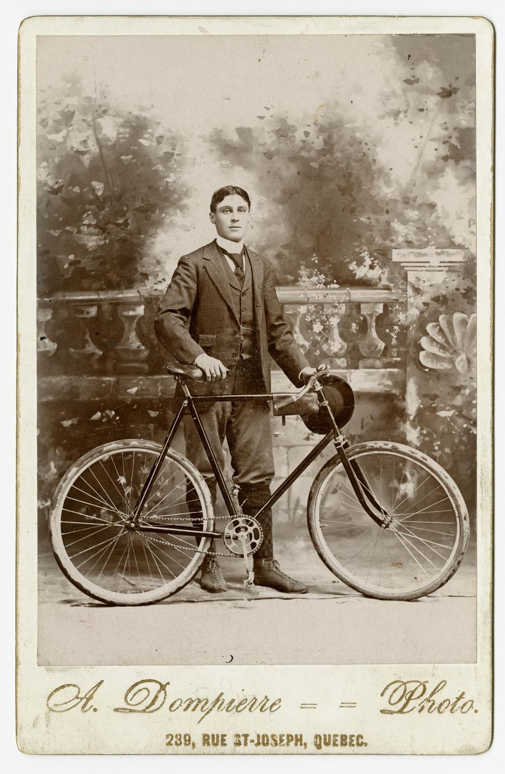 Portrait d'homme avec une bicyclette