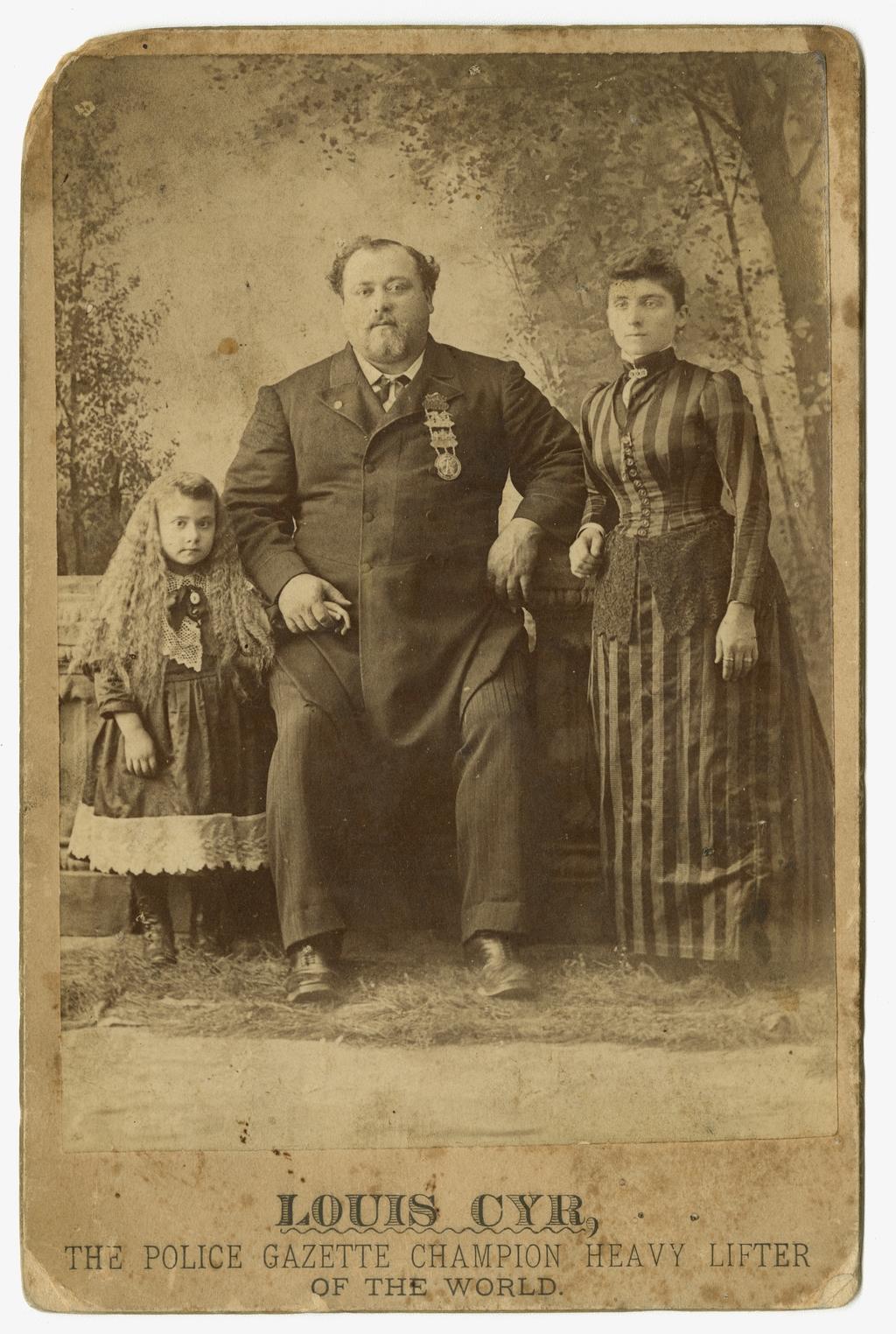 Louis Cyr, son épouse, Mélina Comtois, et leur fille, Émiliana