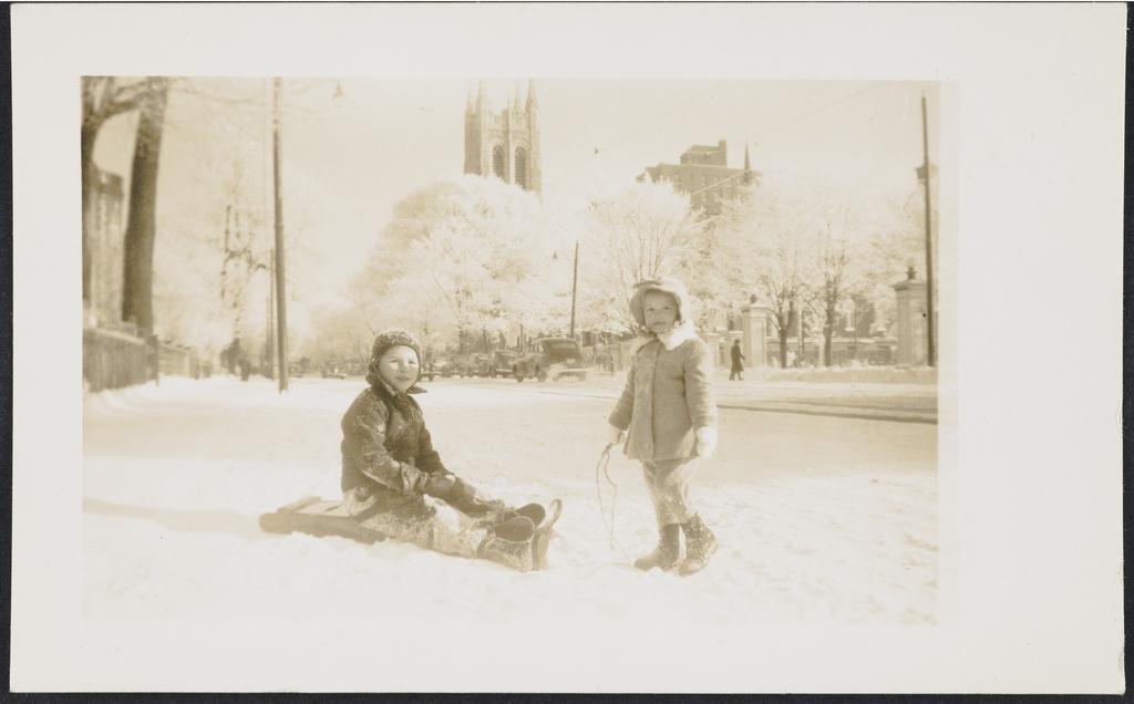 Portrait de deux enfants en bordure de la Grande-Allée, Québec