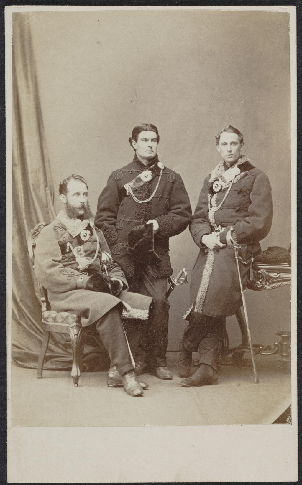 Portrait de trois militaires du 8e bataillon des Royal Rifles de Québec(?) en costume d'hiver, de l'album de collection dit de Richard Alleyn